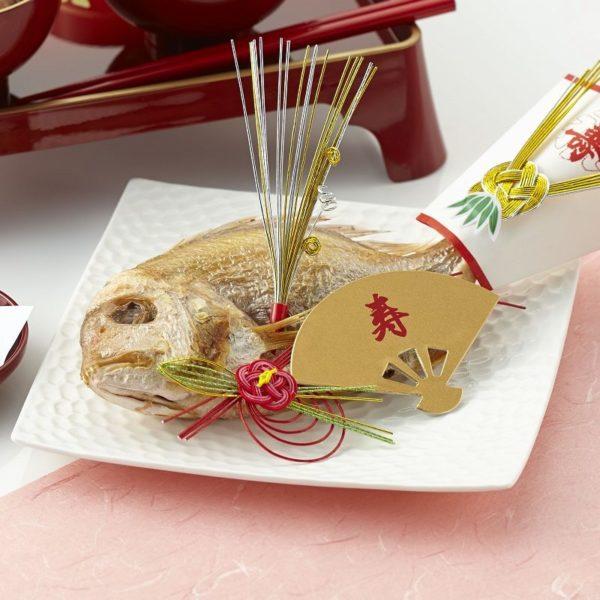 飾り付きの焼き鯛の尾頭付きの画像