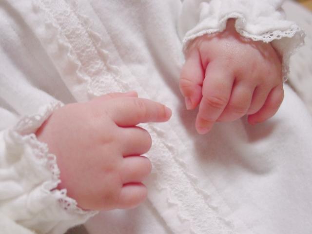 お食い初めのときに赤ちゃんが着るドレスとは?衣装の種類と選び方