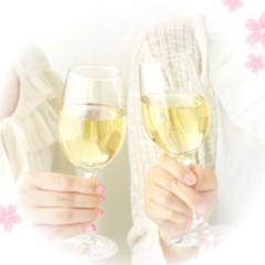グラスで乾杯してる画像