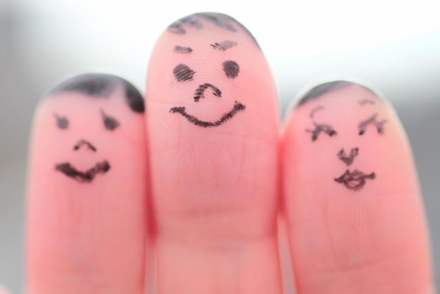 指にマジックで顔を書いた写真